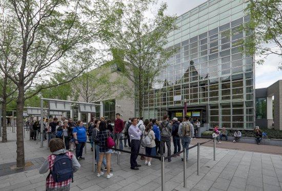 Amsterdam_Van-Goghmuseum-wachtrij