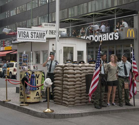 Berlijn_checkpoint-charlie- foto-albert van den boomen