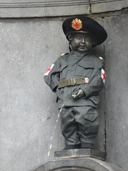 Brussel_Manneken_Pis_kostuum_van_de_Compagnie_Royale_des_Volontaires.JPG