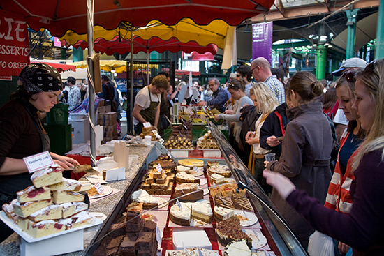 Londen_Borough_Market_cake_stall,_London,_England_-_Oct_2008.jpg