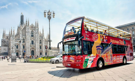 Milaan_hop-on-hop-off-bus-duomo