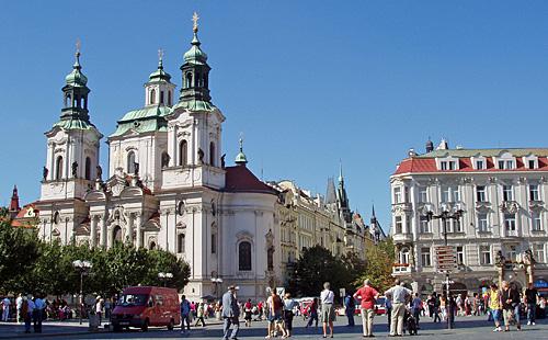 Praag_Nicolaaskerk_oudestadsplein.JPG