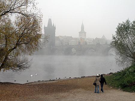 Praag_herfst-karelsbrug-in-de-mist.jpg