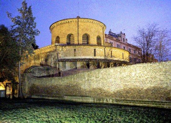 Rome_Santa_Costanza_-_vista_dalla_basilica_costantiniana.jpg